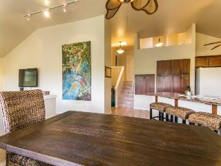 Daydream Believer, Sleeps 15, Spacious 4-bedroom home in Poipu, lovely yard, lanai with BBQ, short walk to beaches. Sleeps 15