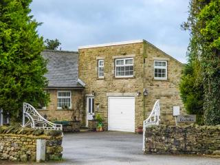 FOXHOLES LODGE, cosy, stone-built, patio, off road parking, walks from door, in Giggleswick, Ref 932966