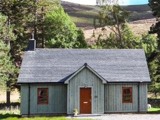 MORVEN COTTAGE, single-storey lodge with multi-fuel stove, hot tub, fishing, close Ballater Ref 933057