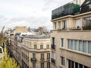 Luxury, prime Location + price inclusive housekeeping* Eiffel view