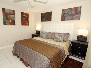 2 BR SUITE-CONDO POOL BBQ GARDEN * SPECIAL* ^1, Hollywood