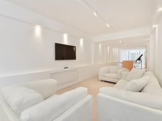 Amazing Knightsbridge location 2 Bedroom 2.5 Bathroom Apartment with Free WiFi