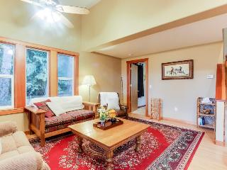 Secluded mountain lodge with beautiful Columbia River Gorge views!, Stevenson