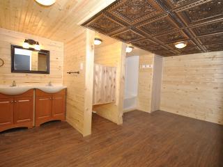 Imagined & Designed - 6 bed/3 bath Hot Tub Home, Stroudsburg