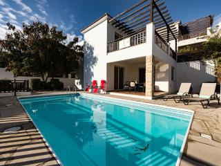 Villa Olga 3 bdr near the sea and all amenities, Pafos