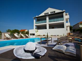 Villa Anadi - Quiet Place With Pool, Okrug Donji