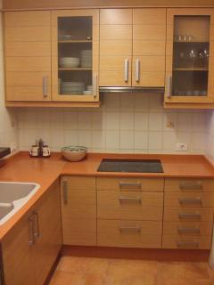 Cocina reformada y completamente equipada con lavadora, lavavajillas, horno, microondas...