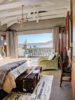 2nd floor: main bedroom with en-suite bathroom. Fold-up doors. Gas fireplace. Underfloor heating