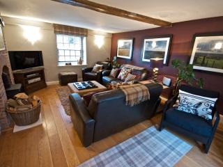 Furnished in country-chic style with natural fabrics and beige tones. A welcoming and homely feeling