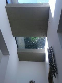 Detalhe do teto de vidro do corredor central da casa, no piso intermediário, onde há um quarto.