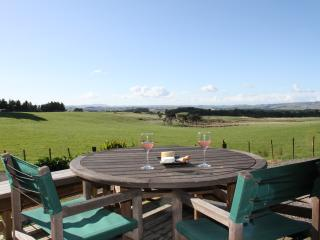 Birch Hill Farm Cottage - modern & stunning views!, Waipukurau