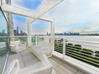 West Village Waterview Penthouse, Sleeps 5, Nueva York