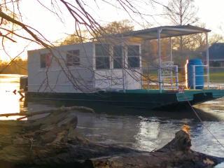 House Boat Lafayette Lodging