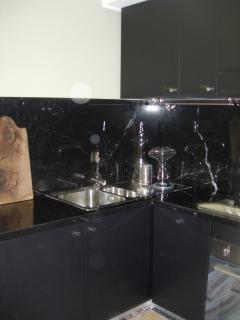 Cucina con finiture in marmo nero.