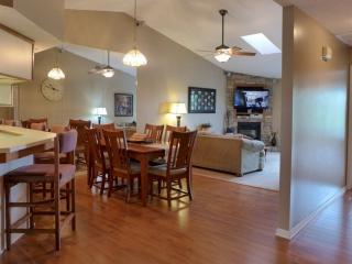 Penthouse Pointe Royale 2 Bedroom Condo (11-12), Branson