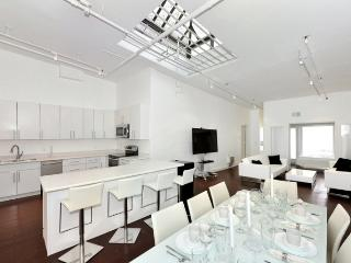 Modern 3BR/2BA with a Roof Terrace in SoHo for 10 (100% Legal)