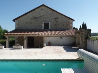 Detached spacious converted barn with heated pool, Chalais