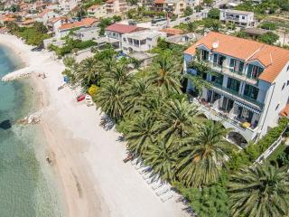Beach accommodation Palm 12-13 people, Podstrana