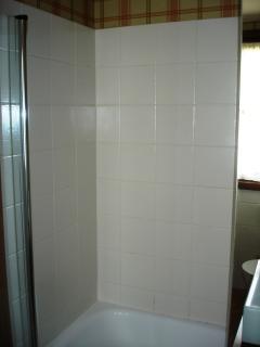 Baño con bañera incorporado en la habitación matrimonial. Apartamento Playa de Barro