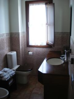 Baño con ducha de columna de hidromasaje. Apartamento Playa de Barro