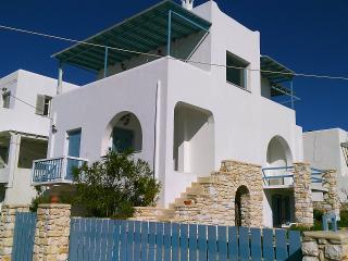 Seaside 2-Storey Villa with Large Terrace/Jacuzzi, Piso Livadi