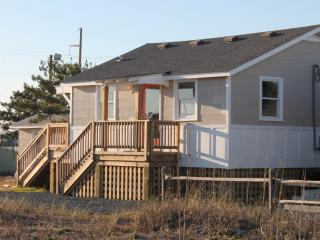 Tandem Cottage: Dog Friendly! Easy Beach Access with Sound Views