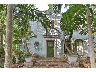 2-Story Lanai Villa w/ Private Rooftop & Hot Tub, Miami Beach