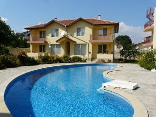 Ground floor 2 bed with patio, 700 m fr the beach