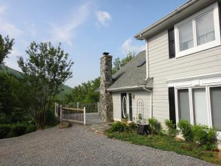 Lookout Chalet - Hot Tub, AC, WIFI, 8 Guests, Pets, Swannanoa