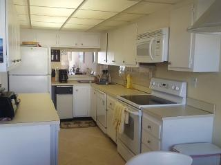Attractive 2 BR Condo 1 Block to Beach, Marco Island
