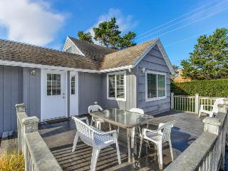Charming cottage w/a game room, extra parking, beach nearby!, Lincoln City