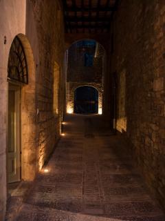 uno scorcio del vicolo privato che porta al Cortile della Residenza la Corte di Assisi