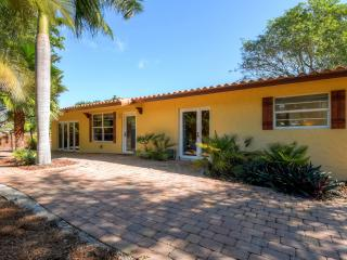 New Listing! 'Casa Bougainvillea' Marvelous 3BR House w/Wifi, Privacy Fence & Expansive Lanai - Awesome Location Near Beach, Restaurants & Much More!, Boca Ratón