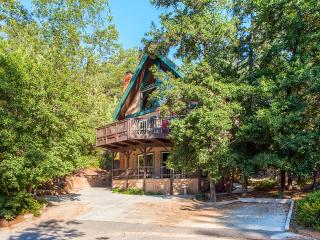 Stunning 3BR Lake Arrowhead Chalet w/Wifi, Spacious Balcony, Bikes, Kayaks & More - Across The Street Fom North Bay Lake Access!
