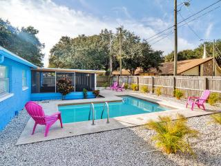 Vibrant 3BR Clearwater House w/Wifi, Sparkling Private Pool, Lanai & Outdoor Dining Area - Minutes to Gulf Beaches, Golf Courses, Busch Gardens & St. Petersburg!, Feather Sound