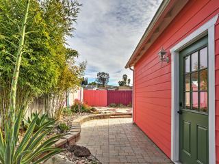'The Rose Inn' Charming 2BR Santee House w/Wifi, Fireplace & Fully Fenced Backyard - Close to Restaurants, Shops, Lakes & More! Easy Access to Downtown San Diego!