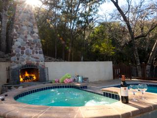 PRIVATE GUESTHOUSE CABIN in the Woods~1.3ACRS~POOL/SPA/FP,FreeWiFi~7mi2 DWNTWN!