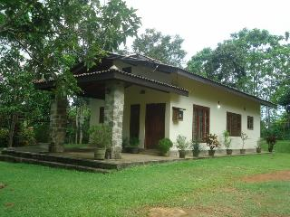 Entire home $110 four guests. quiet rural getaway Sri lanka. Near Koggala