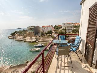 One bedroom Seafront apartment + BBQ + Boat!, Rogoznica