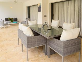 2-bdrm condo in a beachfront complex (B2)