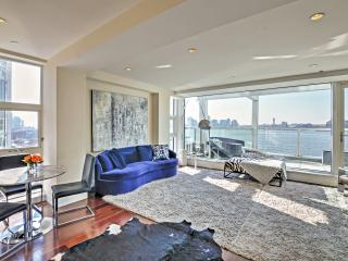 New Listing! Luxurious 2BR New York City Apartment w/Private Jacuzzi, Large Balcony & Breathtaking Hudson River/City Views - Unbeatable West Village Location! Minutes from Everything!, Nueva York