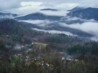 Cloud 10 Mountaintop Guesthouse – Location, Location, Location! Spectacular Views! Convenient to all the Great Smoky Mountains has to offer. This Log 4 bedroom Retreat has it all. A Hot tub, pool table, 4 HD TVs, and 2 fireplaces., Sylva