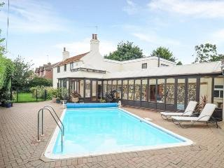Cottage on the Norfolk Broads with swimming pool, Acle