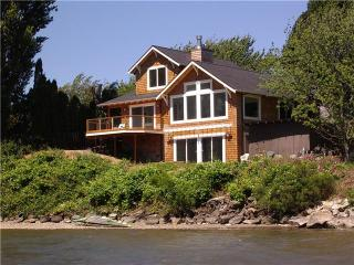Rare Waterfront Columbia River Home W/Private Cove, Hood River
