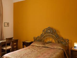 Camera da letto gialla