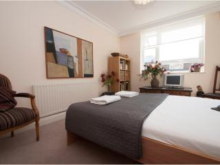 Stylishly decorated, central 1 bed in Westminster, Little Venice, London