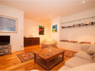 2 Bed 2 Bath with Courtyard and Open Plan Living, Kensington, London