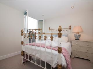 3 bed 3 bath family home with spacious garden, Queens Park, London