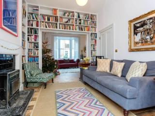 An elegant three-bedroom family home nearby Victoria Park., Londres