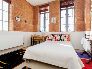 Converted Factory Apartment, Londres